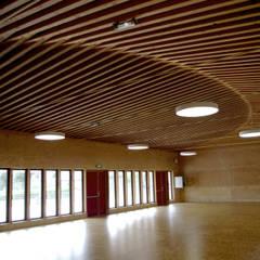 """la salle,  et la charpente """"qui danse"""": Lieux d'événements de style  par LCD'O Le compas dans l'oeil architectes"""