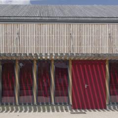 vue en détail de la façade principale: Lieux d'événements de style  par LCD'O Le compas dans l'oeil architectes