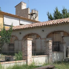 CHAMBRES D HOTES D EXCEPTION EN PAYS VAROIS: Garage / Hangar de style  par cecile Aubert architecte dplg