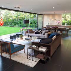 Casa Dalias: Salas de estilo  por grupoarquitectura
