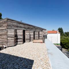Dezanove House by inaki leite: Terrazas de estilo  de Your Architect London