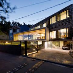 Dezanove House by inaki leite: Jardines de estilo  de Your Architect London