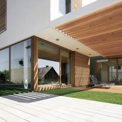 dom pod Gdańskiem: styl , w kategorii Taras zaprojektowany przez PRACOWNIA 111