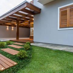 Casa em Taquara/RS: Garagens e edículas  por Plena Madeiras Nobres
