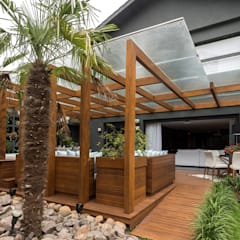 Modern balcony, veranda & terrace by Plena Madeiras Nobres Modern