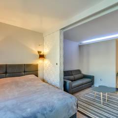 PARIS 17 29m²: Portes coulissantes de style  par blackStones