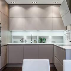 Minimalist design of the kitchen in apartment in Monaco.: Cucina in stile in stile Moderno di NG-STUDIO Interior Design