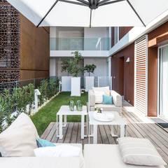 La residenza estiva - Design degli interni dell'apartamento sul Cote d'Azur: Terrazza in stile  di NG-STUDIO Interior Design