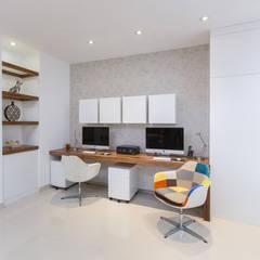 CASA RR8: Estudios y oficinas de estilo  por Grupo Arsciniest,