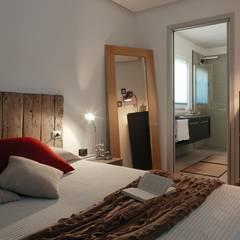 Villa Our Time: Camera da letto in stile  di DomusGaia