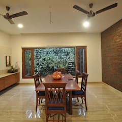 Mr & Mrs Pannerselvam's Residence:  Dining room by Muraliarchitects,Modern