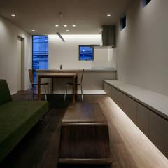 最戸の家: 松岡淳建築設計事務所が手掛けたリビングです。,モダン