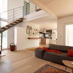 Villa Our Time: Soggiorno in stile  di DomusGaia