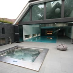 Indoor  pool with waterfall features, sauna and stainless steel spa:  Spa by Tanby Swimming Pools, Modern