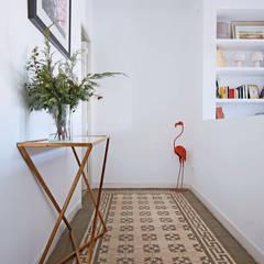 Pasillos, vestíbulos y escaleras  de estilo  por Vade Studio SC
