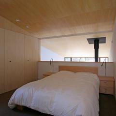Dormitorios de estilo  por 設計事務所アーキプレイス
