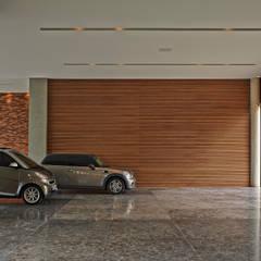 Residência em Itaúna - MG: Garagens e edículas modernas por Beth Nejm