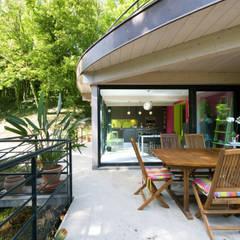 Cuisine linéaire ouverte avec îlot central : Terrasse de style  par LA CUISINE DANS LE BAIN SK CONCEPT