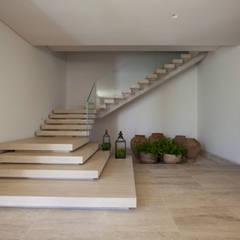 Residência Quinta da Baronesa: Corredores e halls de entrada  por Débora Aguiar