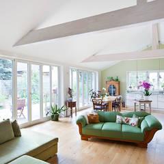 BUNGALOW IN FALKENSEE III: landhausstil Wohnzimmer von Müllers Büro