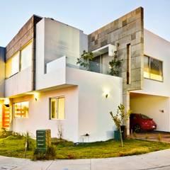 Casa NB: Villas de estilo  por Excelencia en Diseño