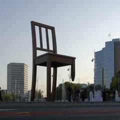 Broken Chair Genève: Lieux d'événements de style  par Charpente concept