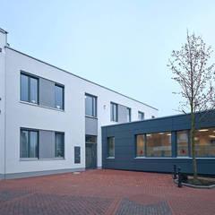 Alte Fassade mit neuem Anbau:  Praxen von Lecke Architekten