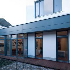 Innenhof mit Terrasse:  Praxen von Lecke Architekten