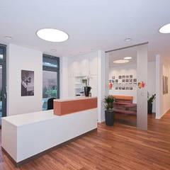 Heller und freundlicher Empfangsbereich:  Praxen von Lecke Architekten