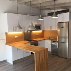REFORMA DE PISO EN GRACIA: Cocinas de estilo  de zazurca arquitectos