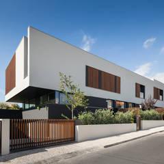 Moradias em banda, Queijas Casas minimalistas por Estúdio Urbano Arquitectos Minimalista