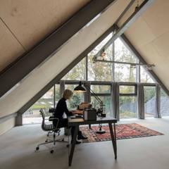 Lofthome Bergen (NH):  Studeerkamer/kantoor door Blok Kats van Veen Architecten
