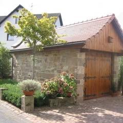 Natur-Stein-Garten: kırsal tarz tarz Garaj / Hangar