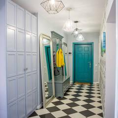Pasillos y hall de entrada de estilo  por Фотограф Анна Киселева