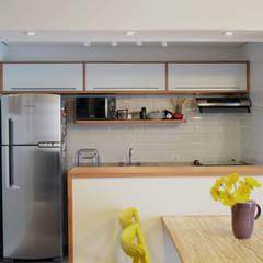 : Chez Caro: Cozinhas  por Mmaverick Arquitetura