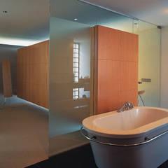 Badkamer met kleedkamer:  Kleedkamer door Lab32 architecten
