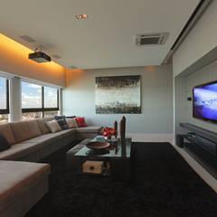 DUPLEX 490m²: Salas multimídia modernas por Nejaim Azevedo Arquitetos Associados