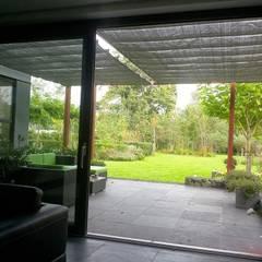 Schaduwlounge over het terras:  Serre door Bladgoud-tuinen