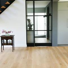 Prachtig licht woonhuis in combinatie met een houten vloer van ZILVA:  Ramen door Zilva Vloeren