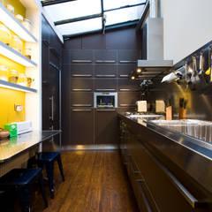 cuisine au design industriel et contemporain : Cuisine de style  par LA CUISINE DANS LE BAIN SK CONCEPT,