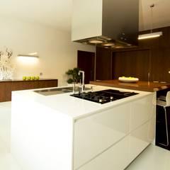 RECUPERAÇÃO E AMPLIAÇÃO  I MORADIA CANEIRO: Cozinhas  por PAULA NOVAIS ARQUITECTOS E DESIGN