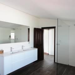 Quarto de banho suite: Casas de banho  por GAAPE - ARQUITECTURA, PLANEAMENTO E ENGENHARIA, LDA