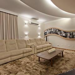 Casa Buriti: Salas multimídia  por Arquiteto Aquiles Nícolas Kílaris