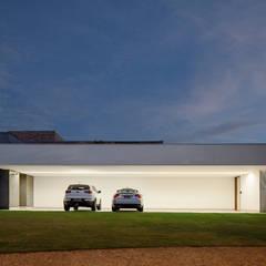 TB House: Garagens e edículas minimalistas por Aguirre Arquitetura