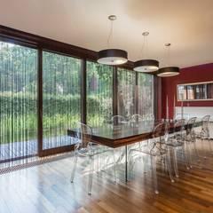 Nowoczesny dom w podwarszawskiej miejscowości: styl , w kategorii Jadalnia zaprojektowany przez Michał Młynarczyk Fotograf Wnętrz