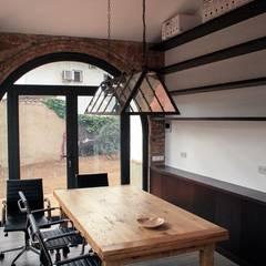 Estudio Interior: Estudios y despachos de estilo  de SMMARQUITECTURA