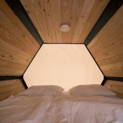 B&BEE - Interior Shot of kingsized bed: Hôtels de style  par Achilles Design