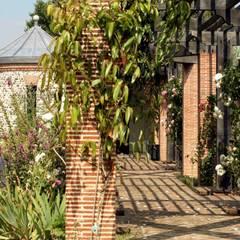 Pergola Jardines clásicos de Giles Jollands Architect Clásico
