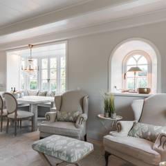 Fotoarbeiten Reetdachhaus in List auf Sylt: landhausstil Wohnzimmer von Home Staging Sylt GmbH
