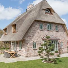 Fotoarbeiten Reetdachhaus in List auf Sylt: landhausstil Häuser von Home Staging Sylt GmbH